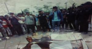 Massa yang tergabung dalam LSM Aliansi Banten (ABM) bersama Satuan Tugas Benteng Rakyat Banten (BRB) berunjuk rasa didepan kantor Kejati Banten. Sumber foto: Tb Moch Ibnu Rushd/Kabar Banten