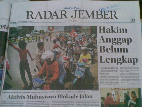 Radar Jember - Aktivis mahasiswa blokade jalan depan DPRD Jember dalam hari anti korupsi