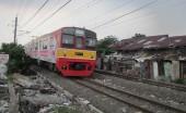 Kereta melintas di Lenteng Agung, Jakarta Selatan dari Bogor menuju Jakarta Kota pukul 14.00 (02/02/13).